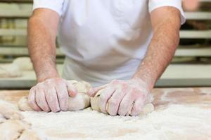 panettiere maschio cottura del pane foto