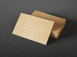 biglietti da visita in cartone su sfondo scuro foto