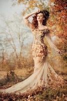 bella donna nel parco d'autunno foto