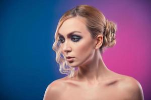 bella donna lussuosa su sfondo viola foto
