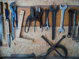 strumenti serverali su un muro foto