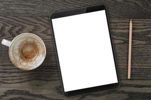 vista dall'alto del tavolo con una tazza di caffè vuota, tablet