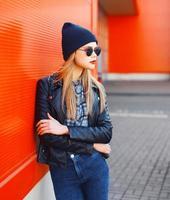 concetto di moda di strada - donna alla moda in stile rock nero foto