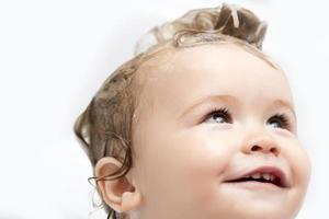 Ritratto di bambino maschio nel bagno foto