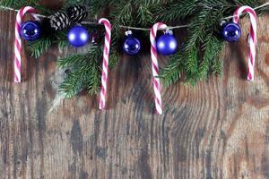 bastoncini di zucchero ornamento di palla di Natale foto