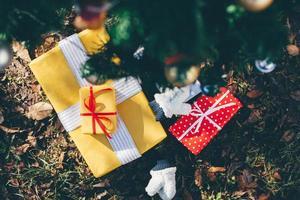 regali sotto l'albero di Natale foto