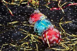 decorazioni natalizie con fiocchi di neve su velluto nero foto