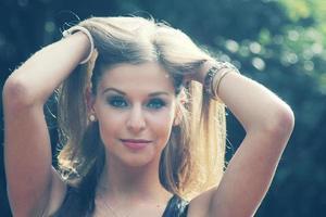 bella ragazza adolescente bruna foto