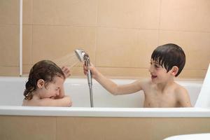 bambini che fanno il bagno