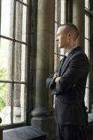 uomo d'affari guardando attraverso la finestra foto