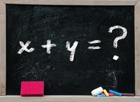 equazione del problema di matematica su una lavagna con gomma rosa foto