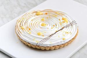 crostata di meringa al limone con motivo a spirale foto