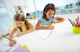 ragazze che disegnano foto