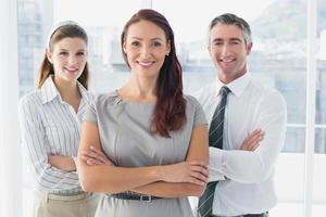 donna d'affari sorridente con i colleghi foto