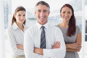 uomo d'affari sorridente con i colleghi foto