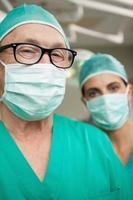 chirurgo uomo con gli occhiali e un collega