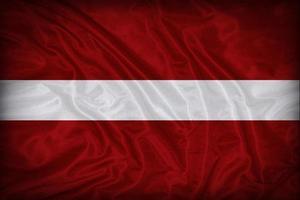 modello di bandiera Lettonia sulla trama del tessuto, stile vintage foto