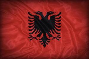 modello di bandiera albania sulla trama del tessuto, stile vintage foto