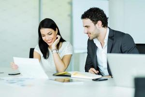 felice atmosfera tra una donna d'affari e un uomo d'affari in carica foto