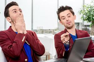 due fratelli gemelli che lavorano in ufficio foto