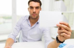 stretta di uomo d'affari con carta bianca in ufficio foto