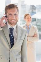 uomo d'affari felice che ha conversazione telefonica foto