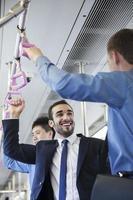 due uomini d'affari in piedi e parlando in metropolitana foto