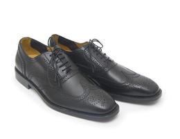 le scarpe dell'uomo di colore isolate su fondo bianco.