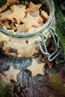 biscotti di Natale allo zenzero stelle nel barattolo foto