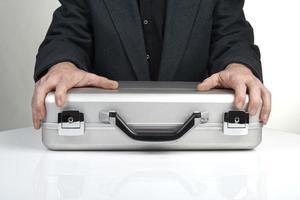 uomo d'affari in possesso di una valigetta