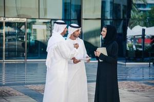 gruppo di uomini d'affari arabi di fronte al palazzo degli affari foto