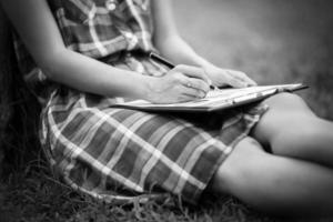 giovane donna d'affari piallatura, stesura e revisione report presso ci foto