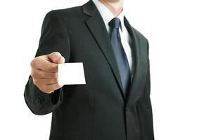 uomo d'affari cosegna un biglietto da visita bianco foto