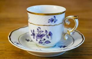 tazza di porcellana bianca con un motivo foto