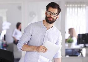 giovane imprenditore con tavoletta digitale foto
