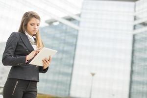 giovane imprenditrice con tablet foto