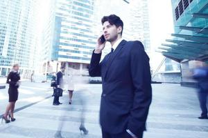 uomo d'affari parlando sul cellulare foto