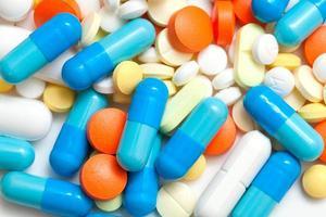 pillola colorata sullo sfondo foto