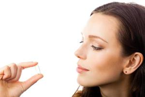 donna con capsula di olio di pesce omega 3, su bianco foto