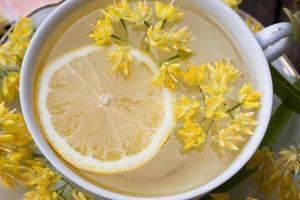tè al tiglio con limone e fiori di tiglio foto