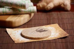 aghi per agopuntura, bastoncini di moxa e zenzero foto