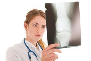 Dokter guardando i raggi x foto
