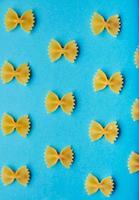 modello di pasta italiana farfale su sfondo blu