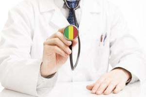 stetoscopio della holding del medico con la serie della bandierina - Mali foto