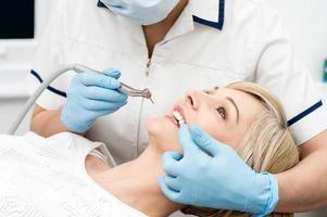 donna pronta per lo sbiancamento dei denti. foto