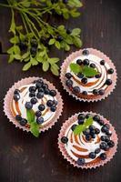 cupcakes fatti in casa con glassa e mirtilli foto