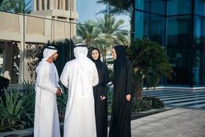 gruppo di businesspersons arabi all'aperto foto