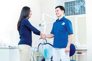 salve dottore. il paziente ha salutato con un dentista i foto