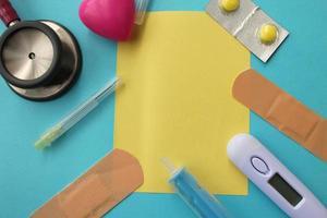 tema medico -pillola, siringa, ago, termometro medico, bendaggio, stetoscopio foto