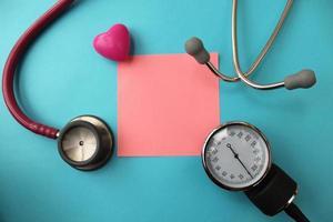 stetoscopio e attrezzature per la pressione sanguigna foto